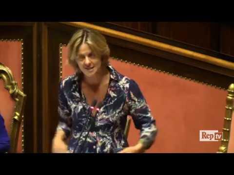 Beatrice Lorenzin difende in aula il decreto vaccini.Insorge il M5S