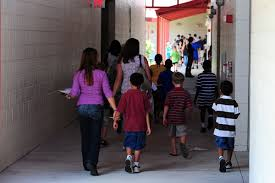 L'irriverente va a prendere i figli all'uscita della scuola media