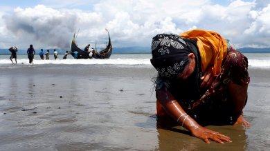 """Birmania: """"Gettavano i bambini vivi nel fuoco"""": esercito accusato di crimini contro l'umanità per il massacro dei Rohingya"""