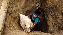 India, una scuola tra i sarcofaghi per i bambini che vivono nel cimitero scavando tombe
