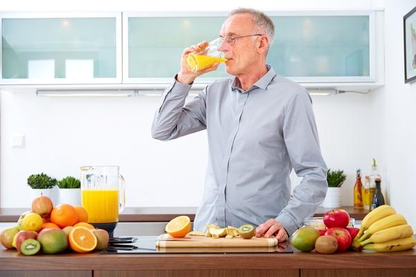 anziano succo arancia