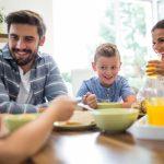Bambini e sane abitudini: perché mangiare con i genitori rende più sani e socievoli?