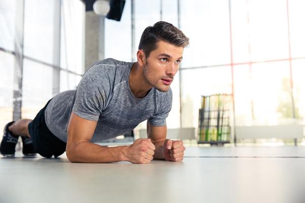 Allenamento: come eseguire il plank in maniera sicura