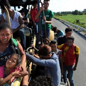 Messico, Una nuova carovana migrante tenta il viaggio dall'Honduras agli USA
