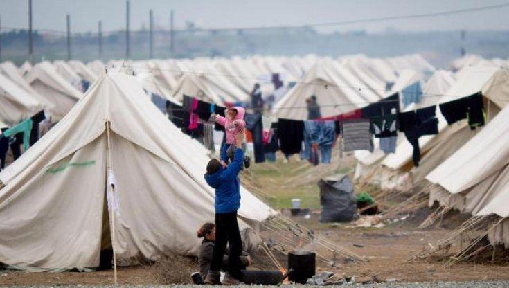 """Grecia, Lesbo migliaia di persone in trappola: il campo profughi di Moira è """"Un inferno senza fine"""""""